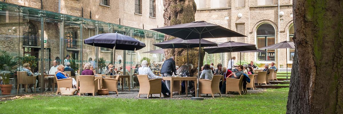 Terras van Art & Dining in Dordrecht in de museumtuin van het Dordrechts museum
